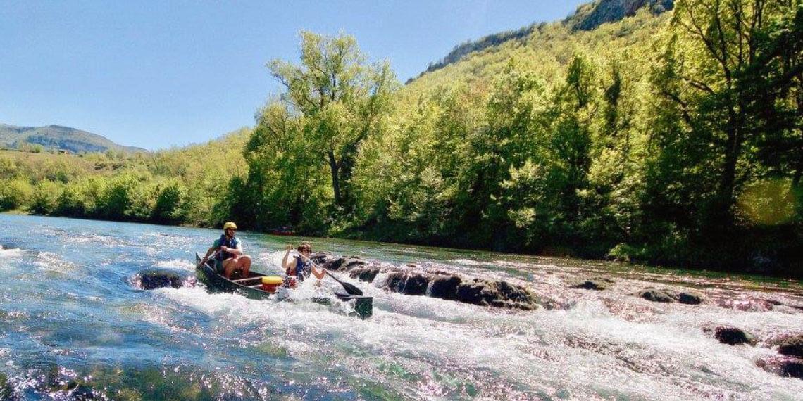 Plongeon nature entre pierre et rivière