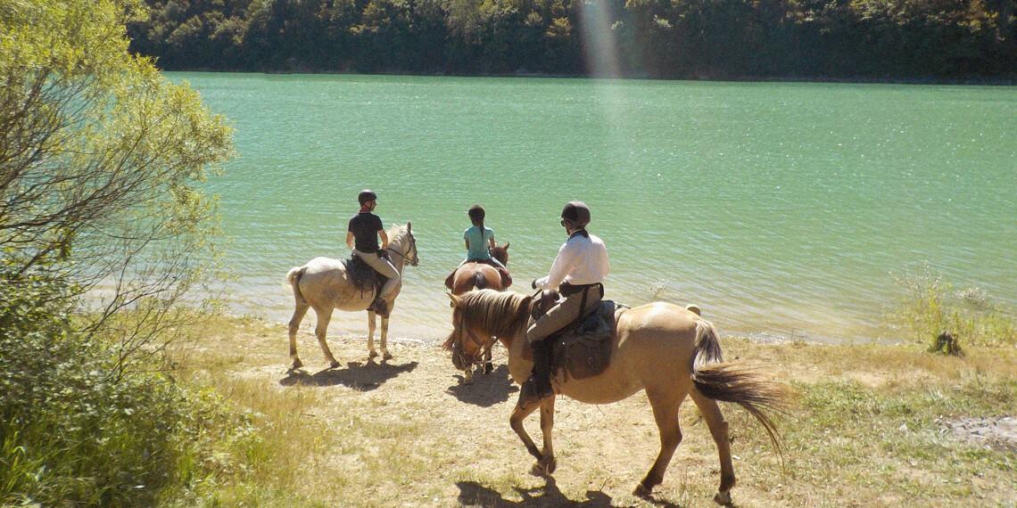 À cheval entre lacs et cascades de montagne