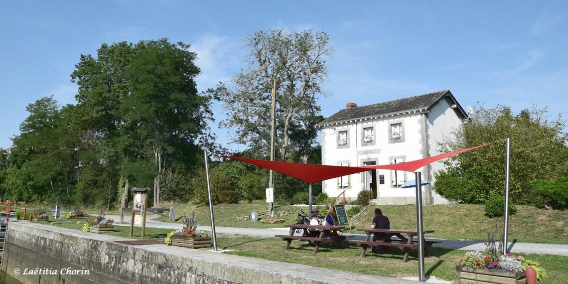 Maison éclusière sur la Mayenne, les pieds dans l'eau