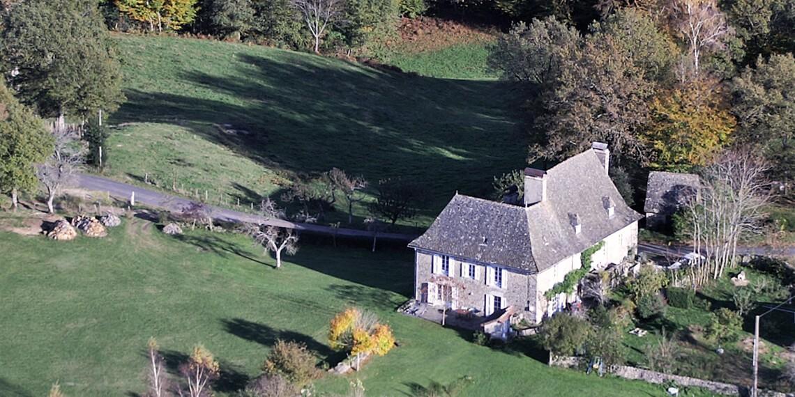 Dormir sur une colline dans le Cantal - Hébergement insolite labellisé Out Of Reach