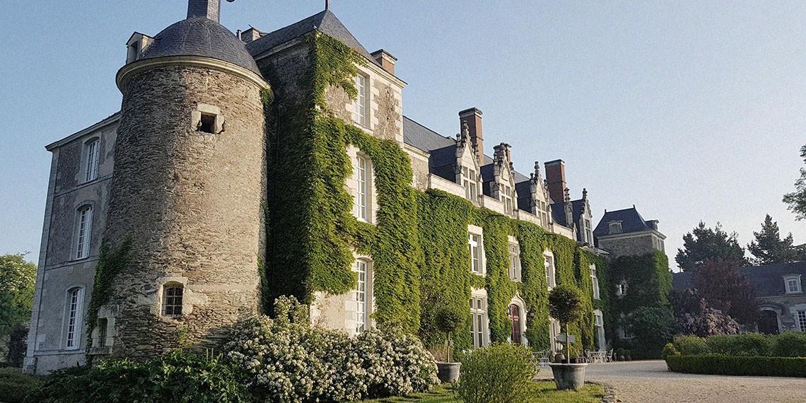 Façade d'un château bucolique en Anjou