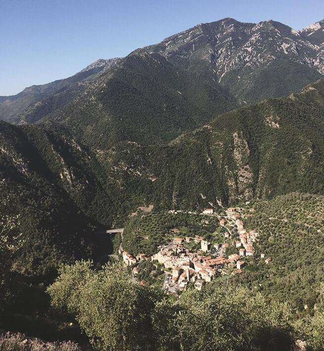 Petit village déconnecté au cœur d'une vallée