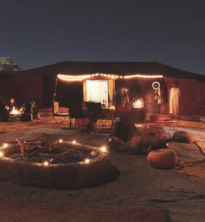 Tentes déconnectées dans le désert