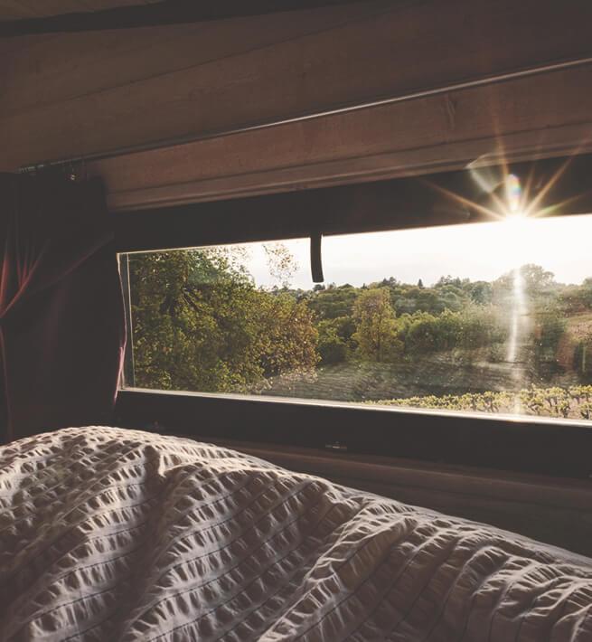 Couchage avec vue sur la nature déconnectée