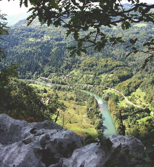 Paysage montagnes et rivière déc