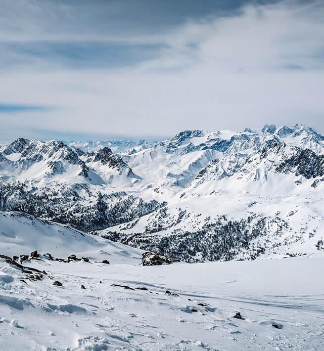 Déconnexion dans les montagnes enneigées