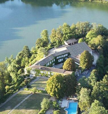 Hotel au bord de l'eau en Charen