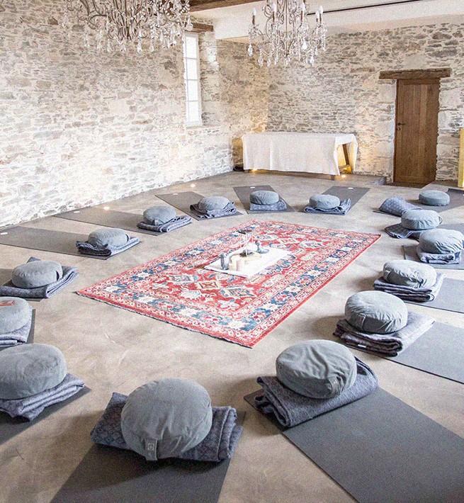 Salle de yoga dans un château en