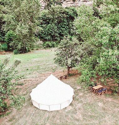 Tente dans un campement insolite