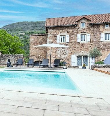 Vue de la piscine dans maison